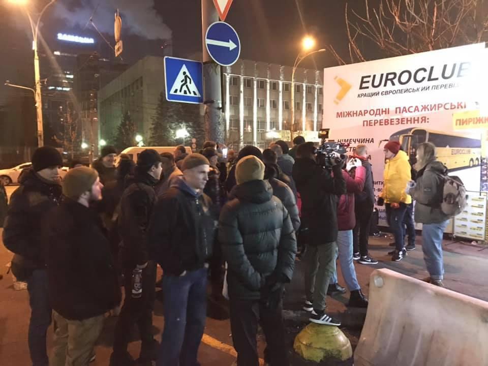 Люди не дождались автобус в Киеве