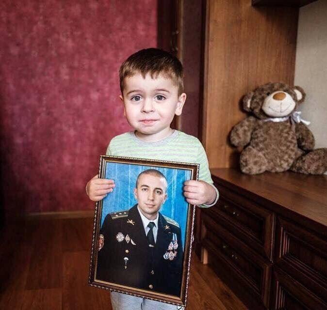 Артем с портретом отца
