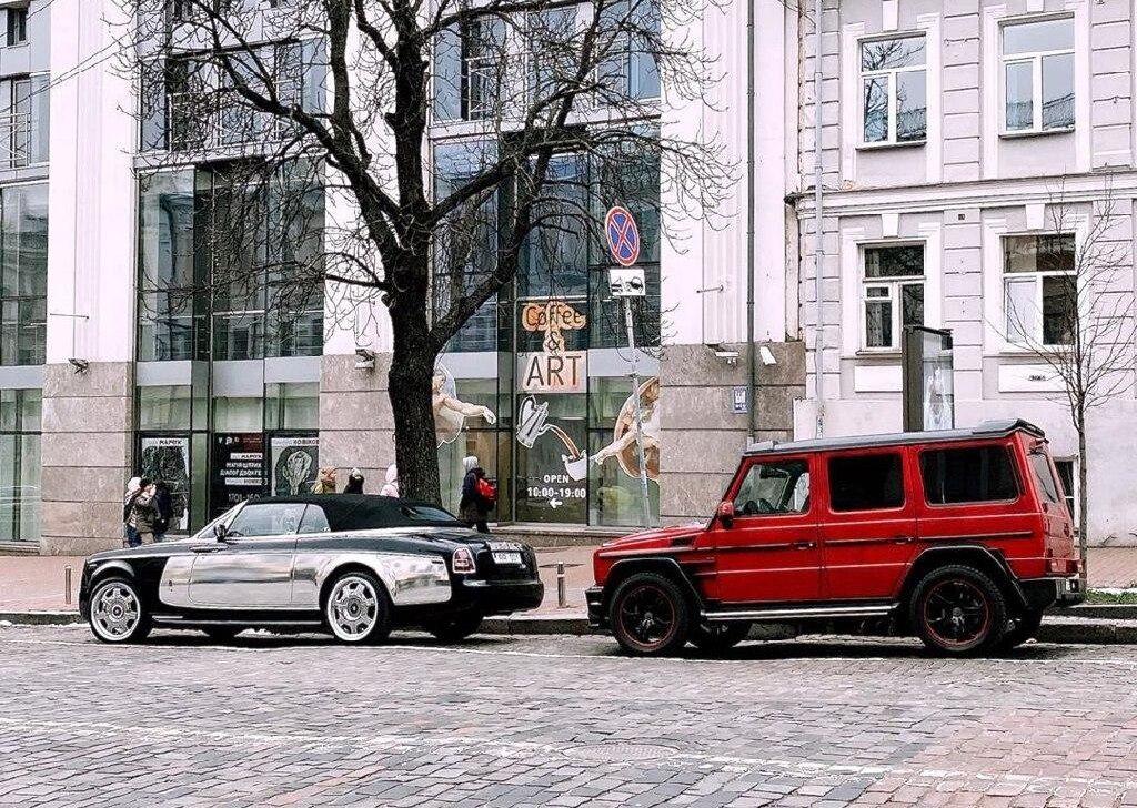Кортеж Rolls-Royce і Mercedes, який помітили в Києві