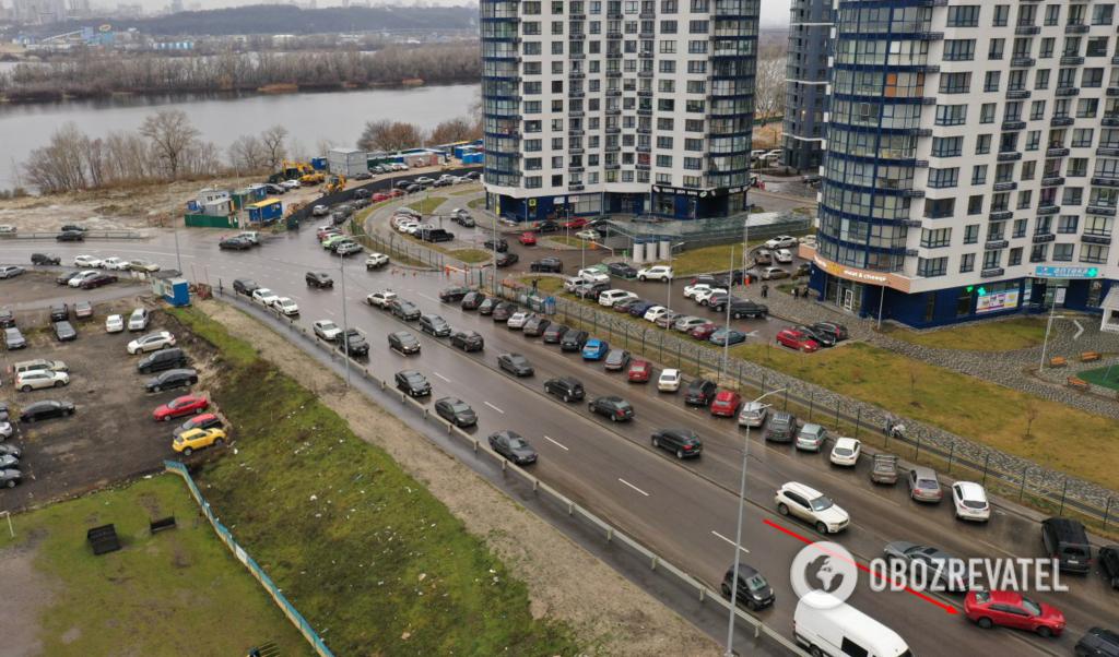 Развязка возле Южного моста заставлена автомобилями