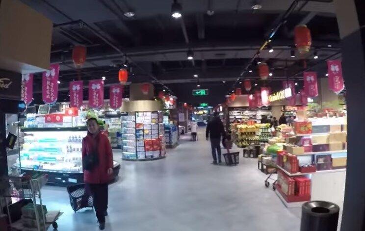 Люди налякані і скуповують їжу в супермаркетах, боячись, що ті закриються