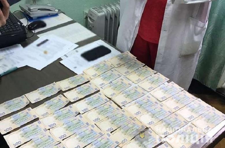 Их задержали за вымогательство денег за бесплатные медикаменты