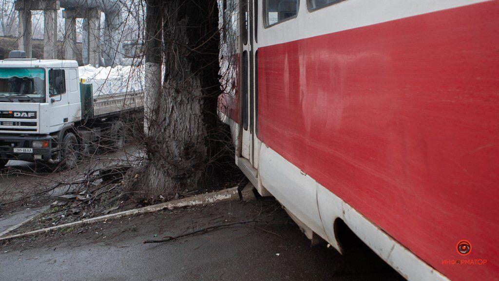В Днепре трамвай слетел с рельсов и врезался в дерево