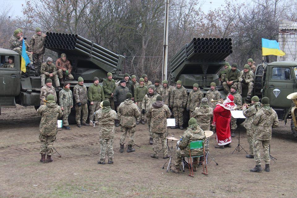 """Бойцов ВСУ поздравил духовой оркестр """"Эдельвейс"""""""