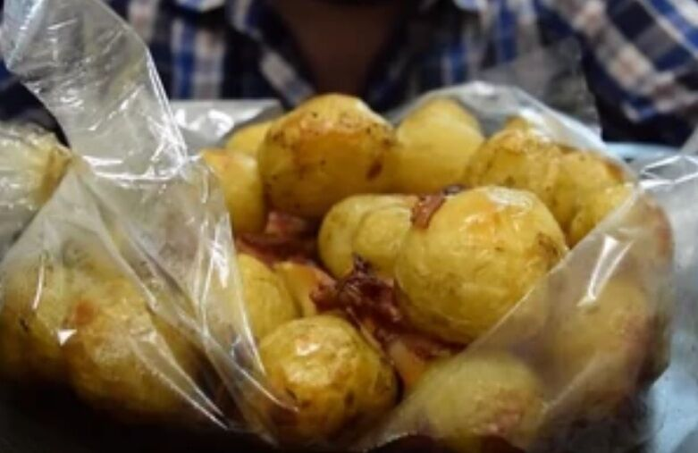 Рецепт невероятно вкусной картошки с салом в рукаве