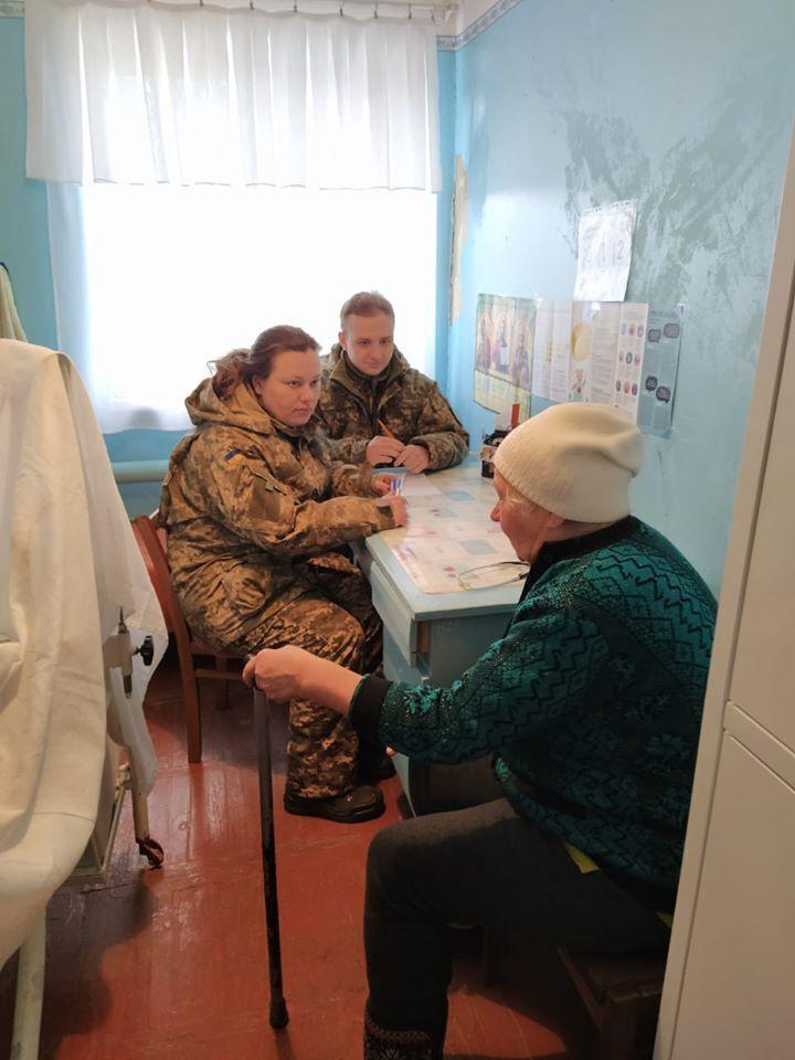 Военные медики оказывали помощь местным жителям вблизи линии разграничения на Донбассе