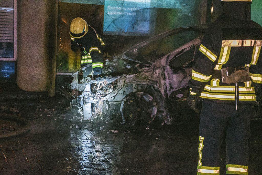 Огонь разбил окна банка и покрыл копотью балконы дома