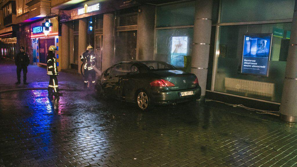 В центре Киева 4 января сгорел припаркованный автомобиль Peugeot