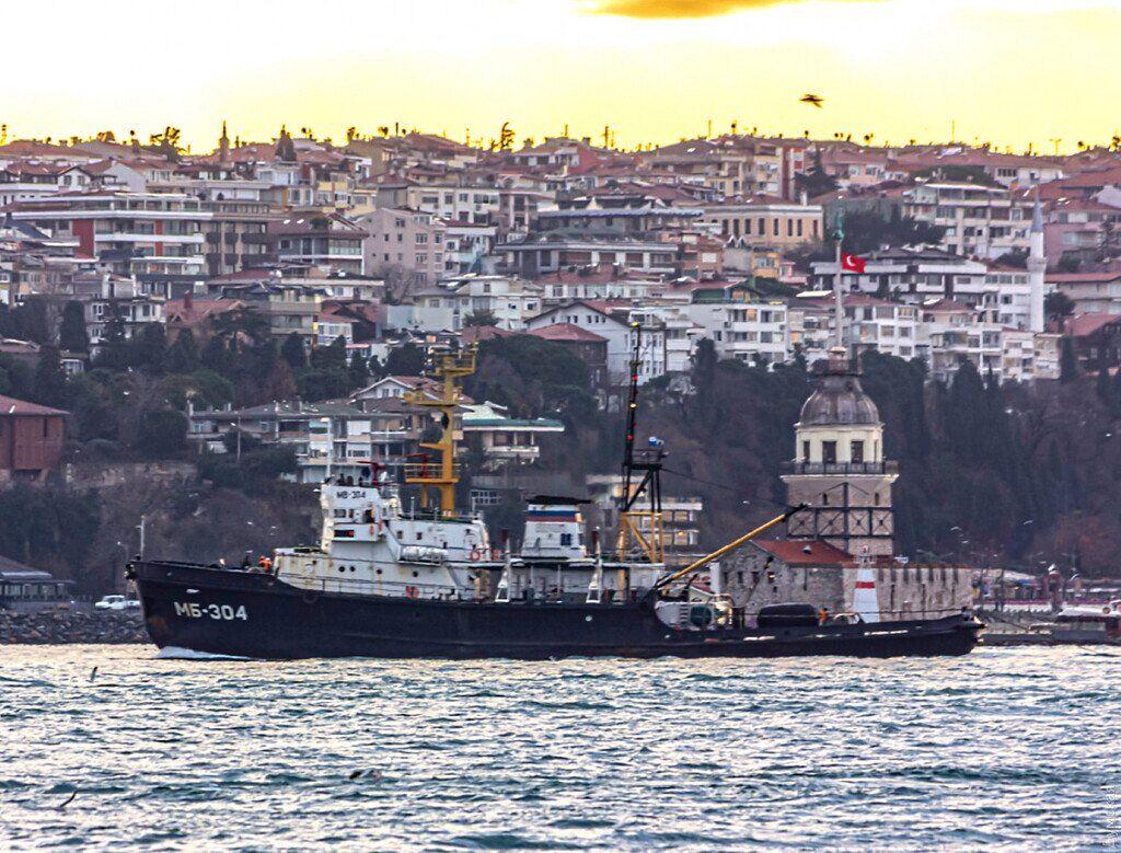 Десантный корабль РФ на буксире притащили в Черное море