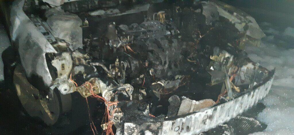 Вогонь знищив передню частину автомобіля