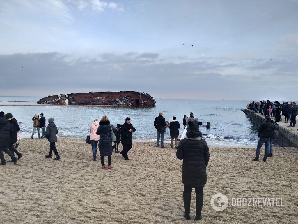 Тисячі одеситів приходять на місце аварії корабля для селфі