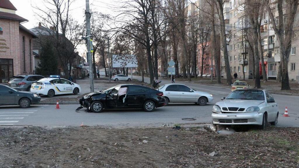 В Днепре на перекрёстке не разминулись два автомобиля