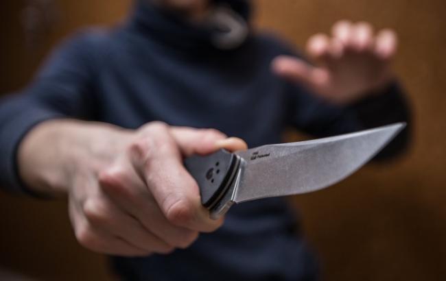 Напад неадеквата з ножем (ілюстрація)