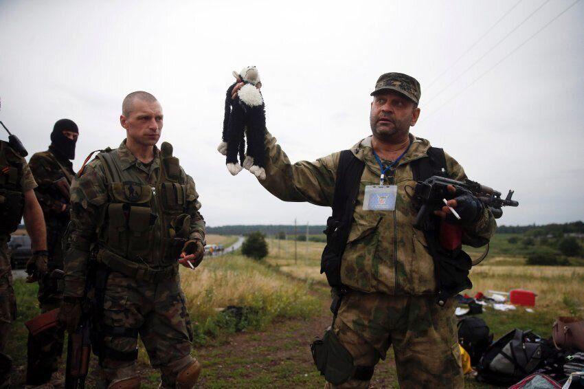"""Террористы """"ДНР"""" позировали с вещами погибших пассажиров МН-17"""