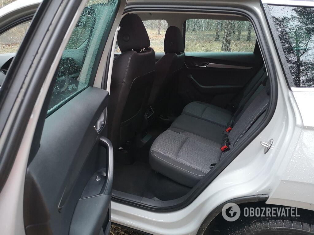 Для задних пассажиров предусмотрены дефлекторы обдува, подогрев сидений, розетка на 220В и USB-порт