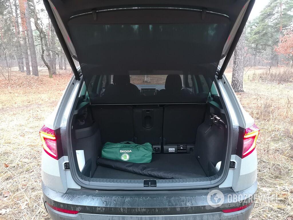 В багажнике предусмотрены крючки и сетки для крепления
