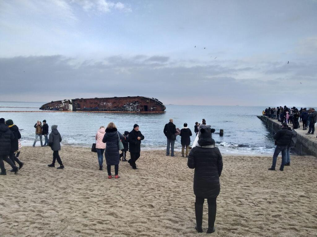 З'явилися свіжі фото затонулого біля Одеси танкера Delfi