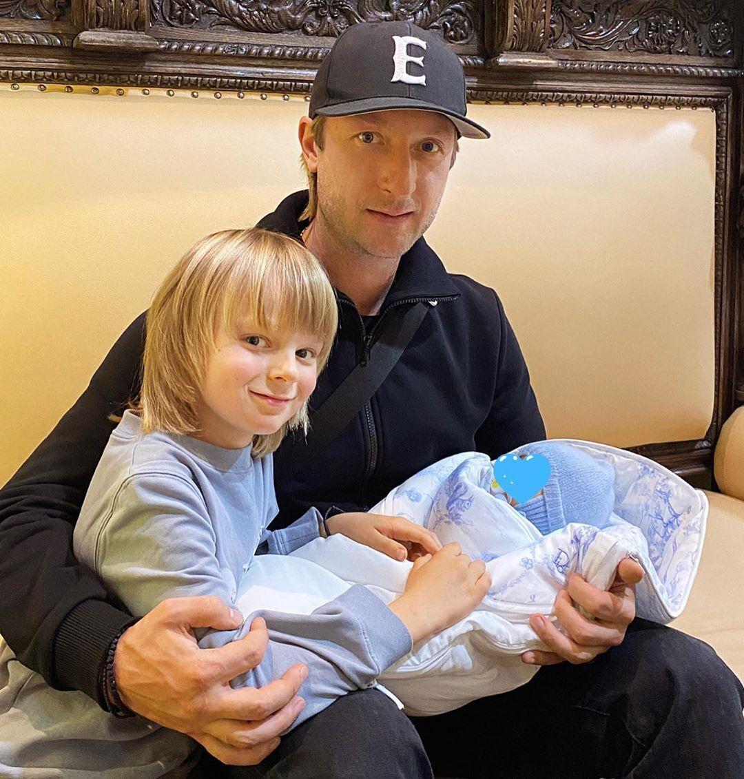 Плющенко із синами.