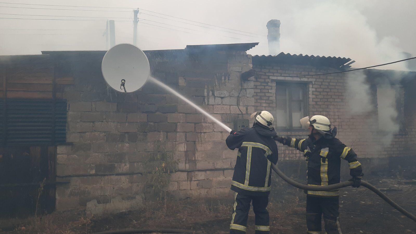 Спасатели эвакуировали из зоны огненной стихии 120 человек.