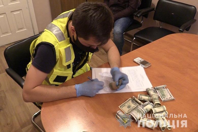 Злодії запропонували поліцейському 30 000 гривень.