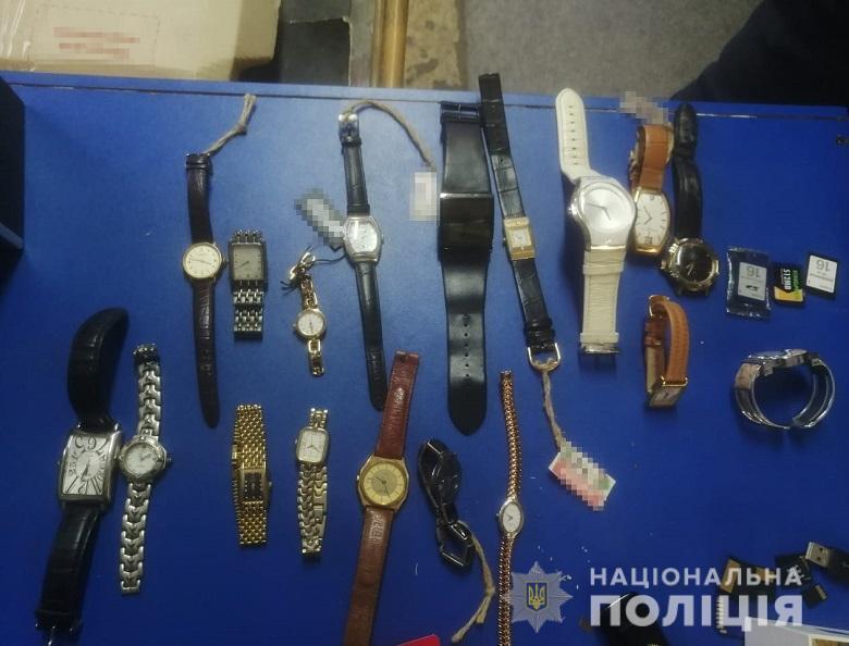 У скупників краденого виявили багато годинників.