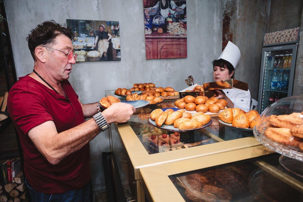 """Григорій Лепс на відкритті своєї кулінарної лавки """"Пироги"""". starhit.ru"""