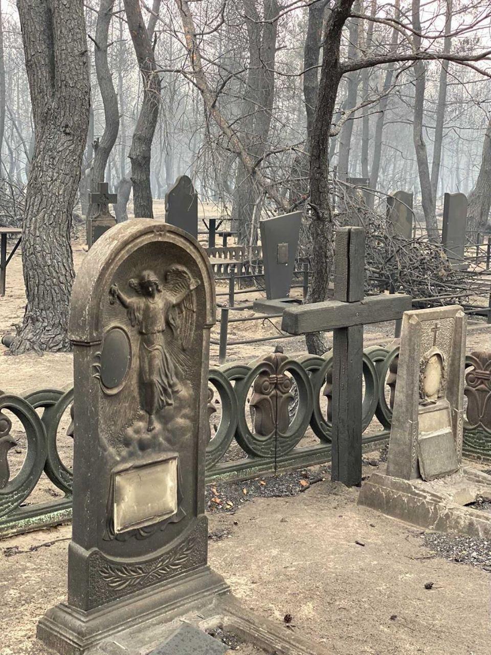 Последствия пожара на кладбище.