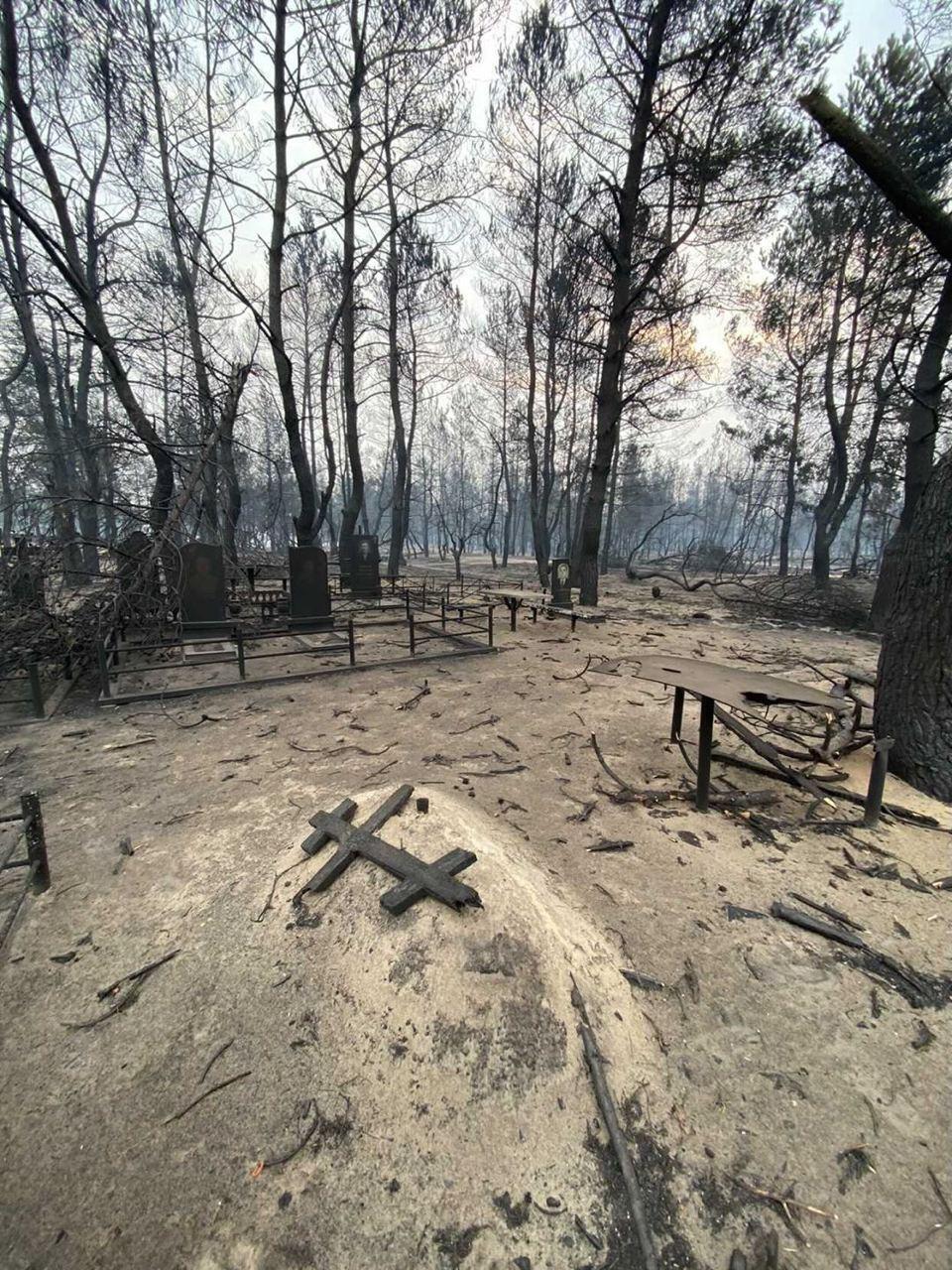 Дерев'яні хрести згоріли.