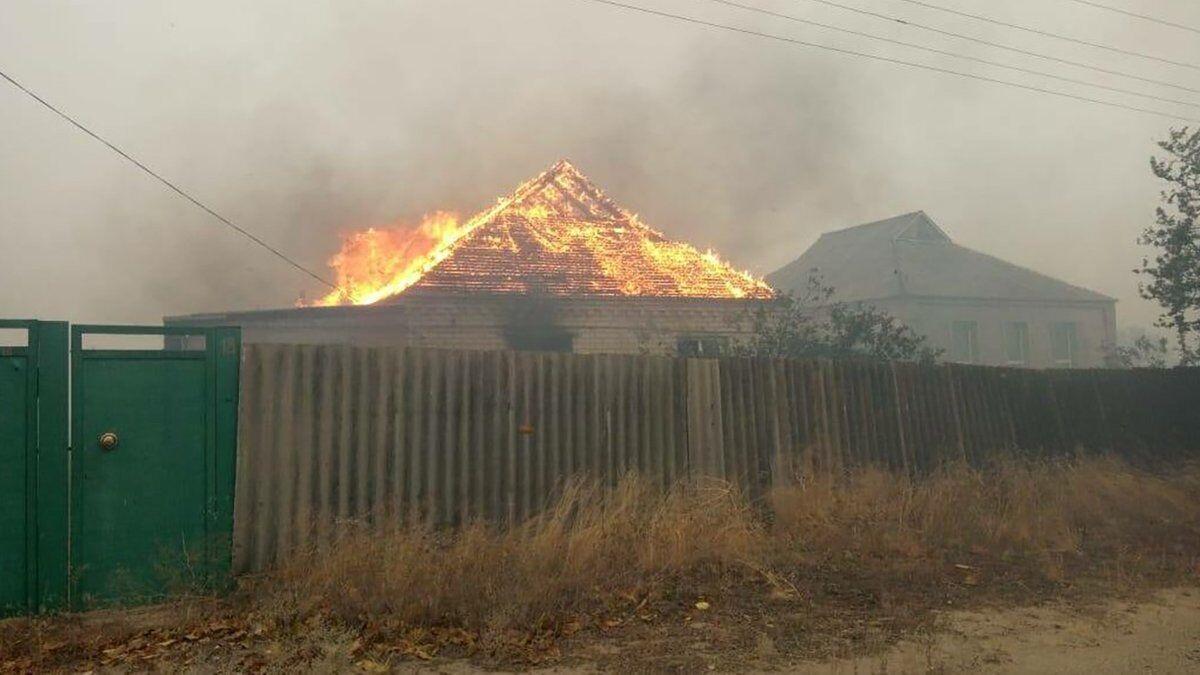 На улице Донецкой огонь охватил практически все дома.