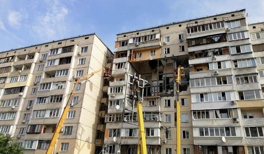 Краны устанавливают конструкции для укрепления дома на Позняках.