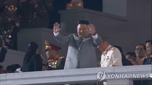Ким Чен Ын на параде в Пхеньяне