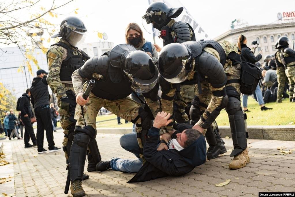 Силовики жестко задерживали протестующих в Хабаровске.