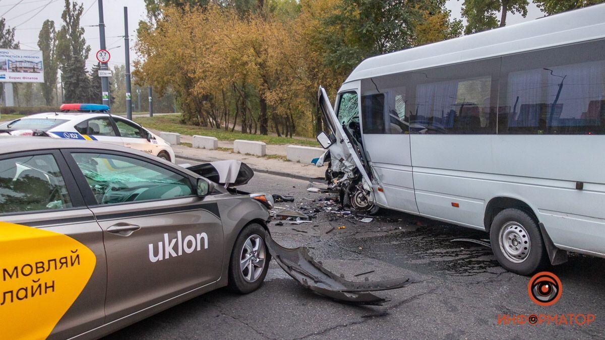 В Днепре столкнулись Hyundai службы такси Uklon и Mercedes Sprinter.