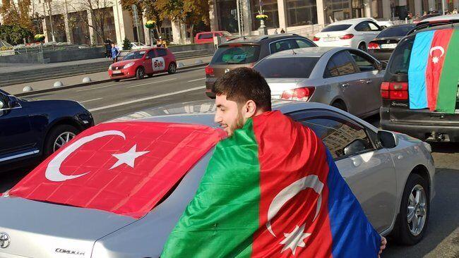Участники использовали флаги Азербайджана и Турции
