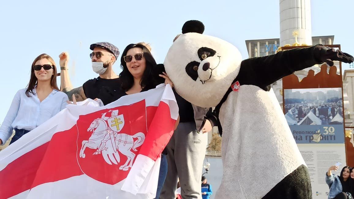 Люди вышли с флагами Беларуси