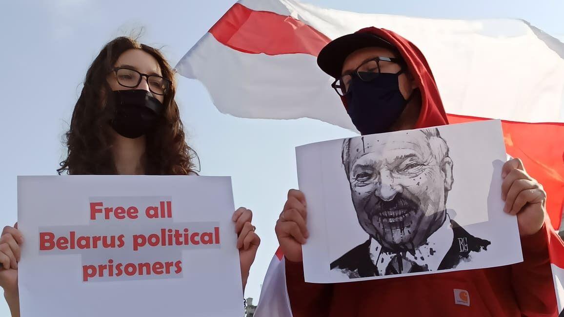 Участники акции также держали карикатуры на Александра Лукашенко