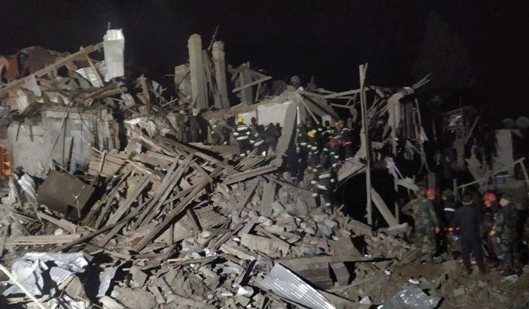 Одна из ракет попала в жилое здание в Гяндже