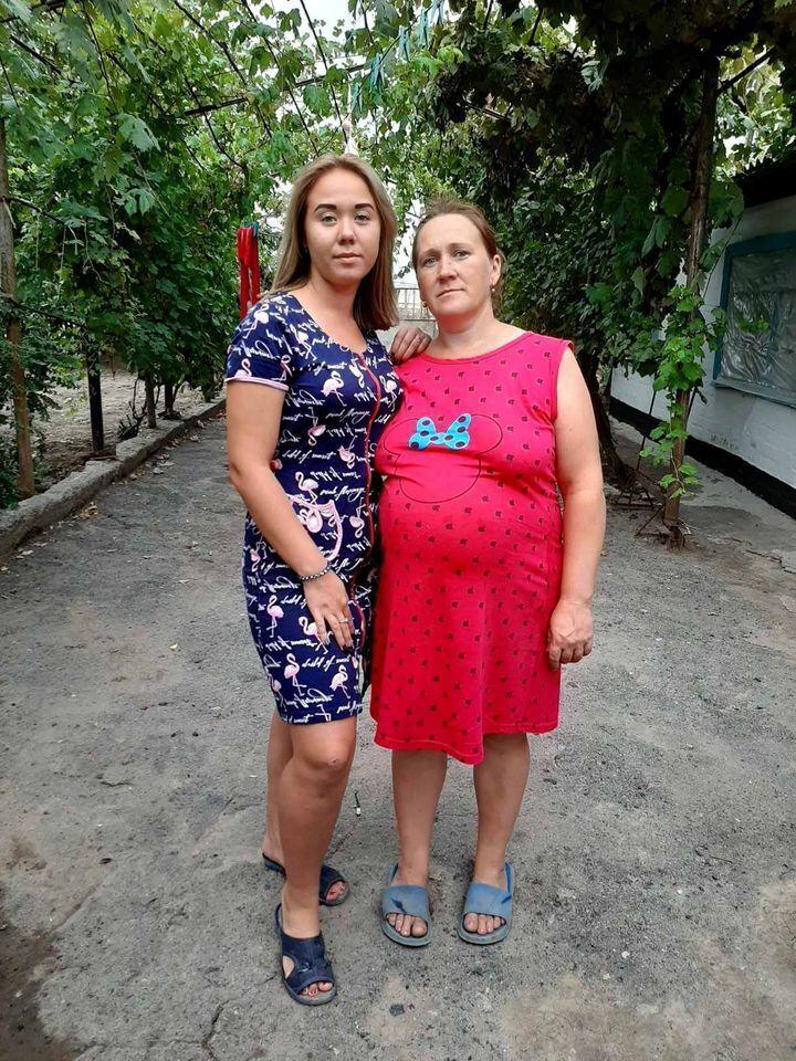 Оксана на последних месяцах беременности, слева – старшая дочь.