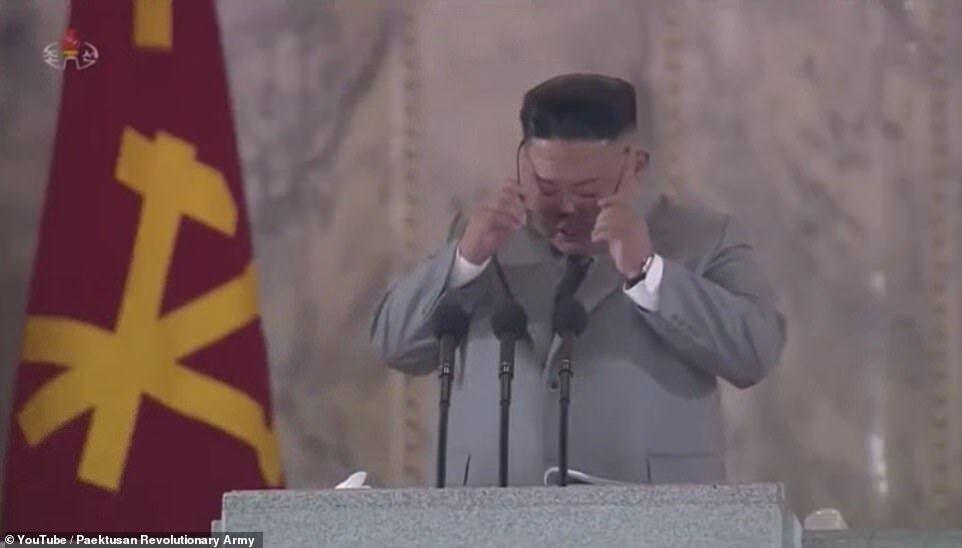Ким Чен Ын снял очки и вытер слезы на параде в честь 75-летия Трудовой партии Кореи