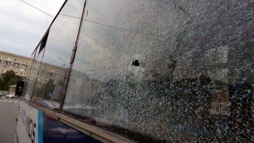 Невідомий розстріляв автобус