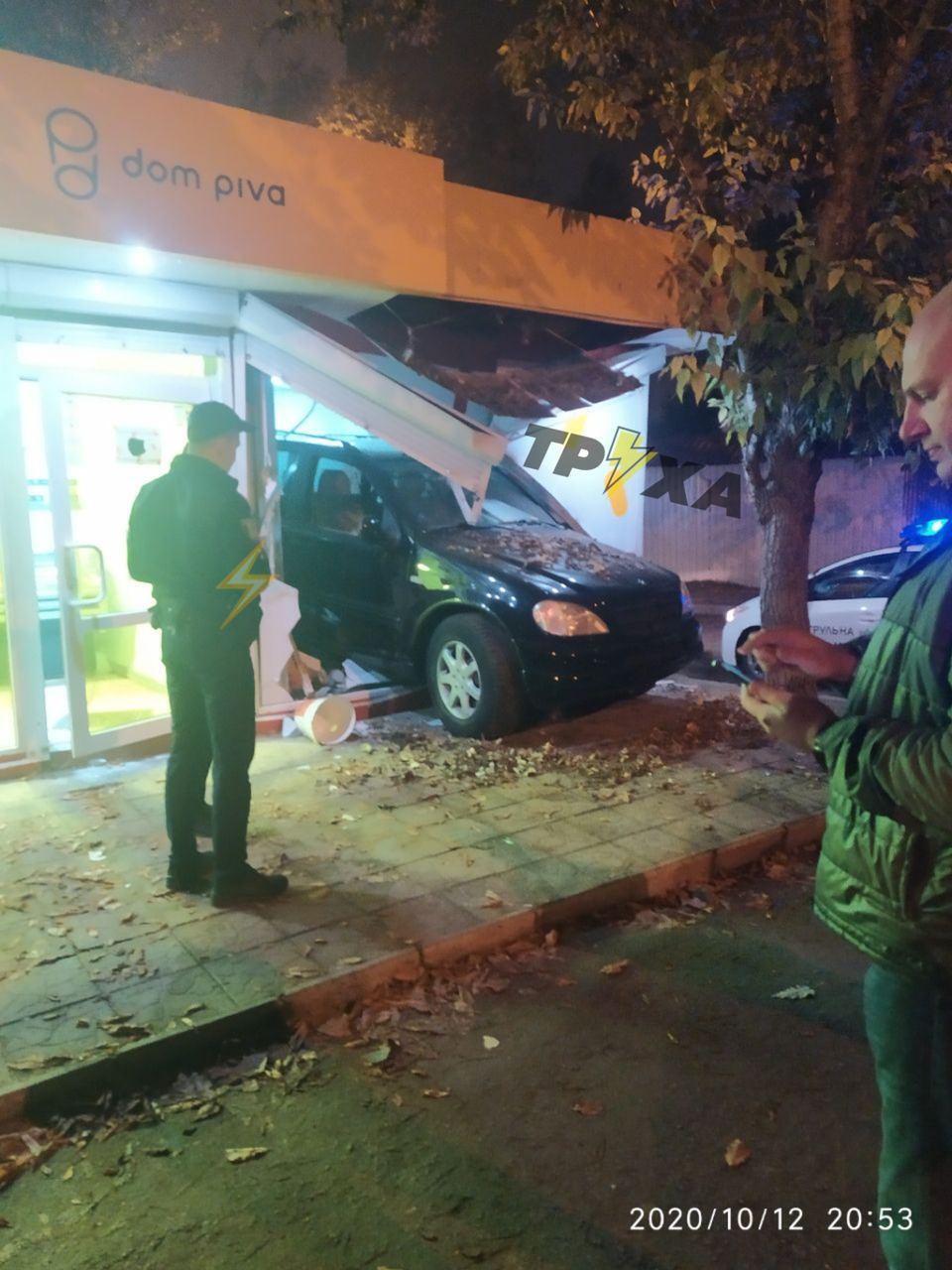 После столкновения Mercedes влетел в киоск