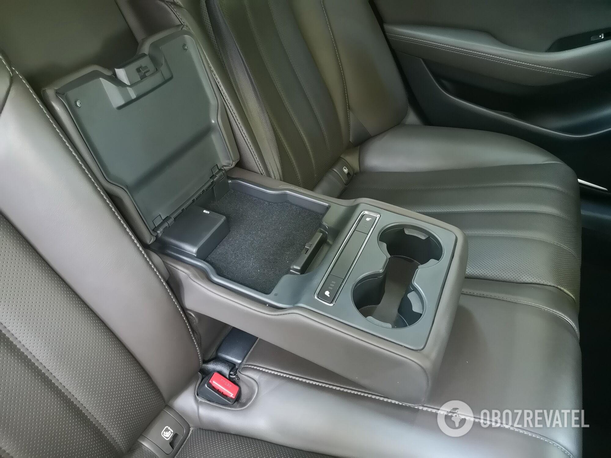 В подлокотнике есть два подстаканника, кнопки включения подогрева сидений и разъемы USB
