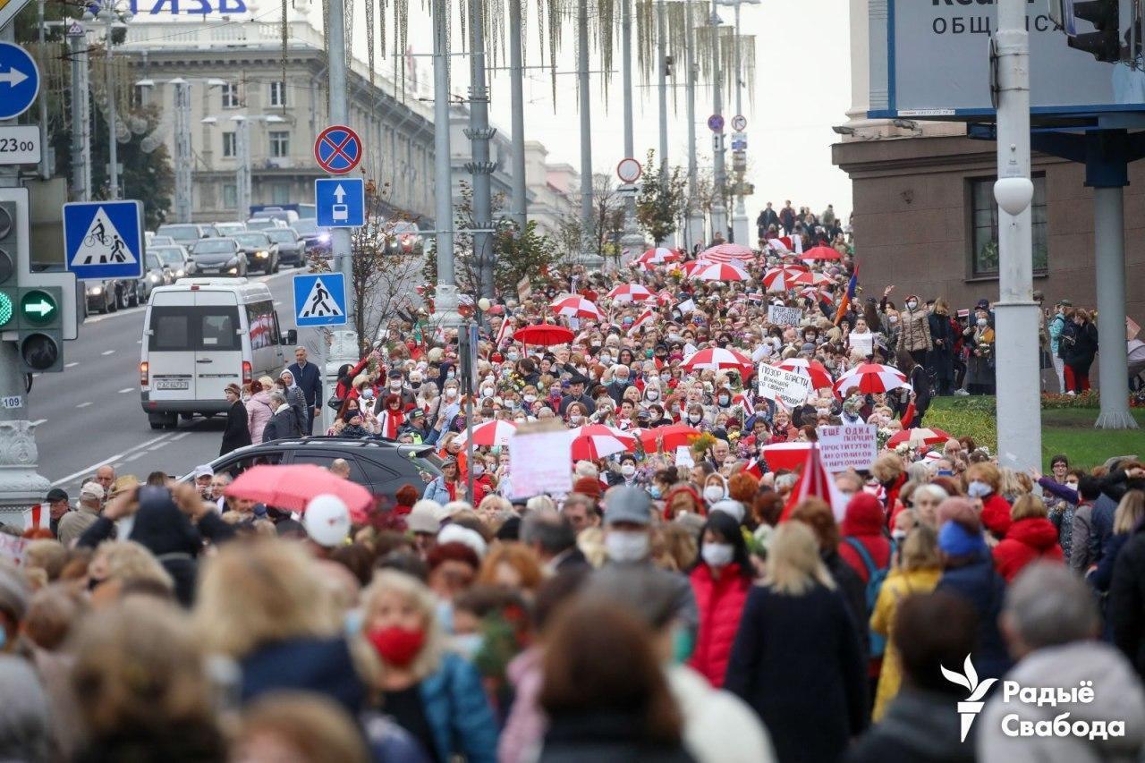 В марше приняли участие сотни людей