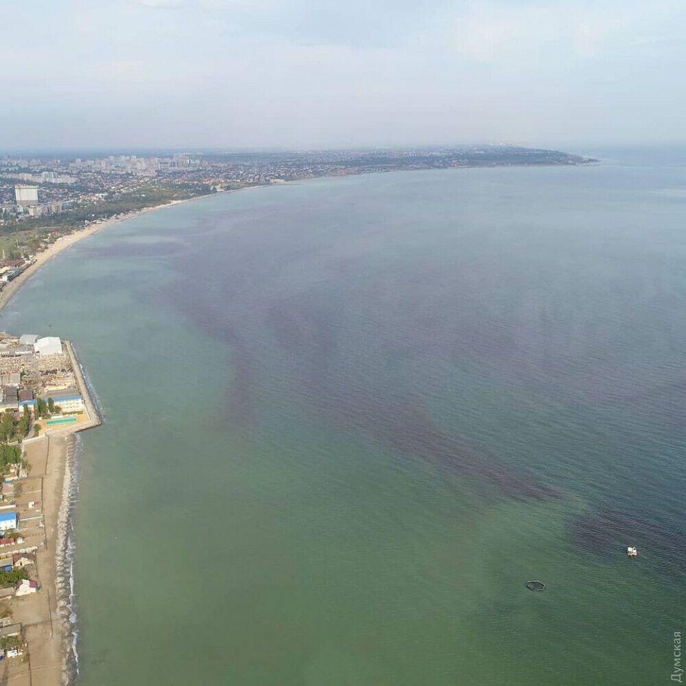 Воды Одесского залива окрасились в темно-красный цвет