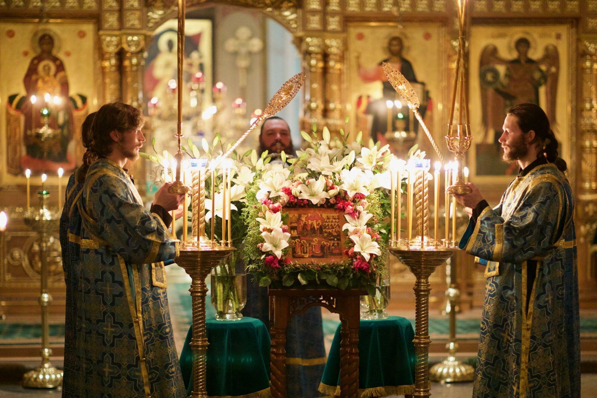 На Покров верующие посещают всенощное бдение, чтобы встретить праздник с Божьей благодатью