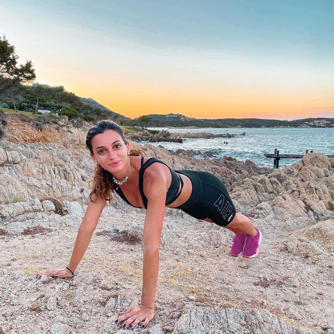 Роселла Фьяминго приняла упор лежа