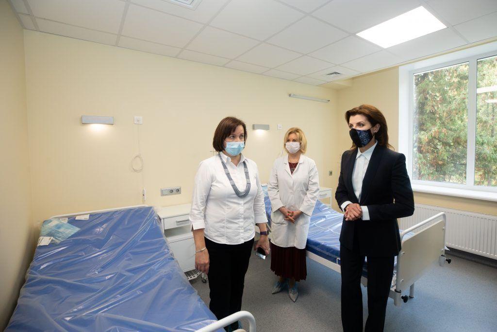 Марина Порошенко відвідала Національний інститут раку, в якому проводитимуть унікальні операції. Фото