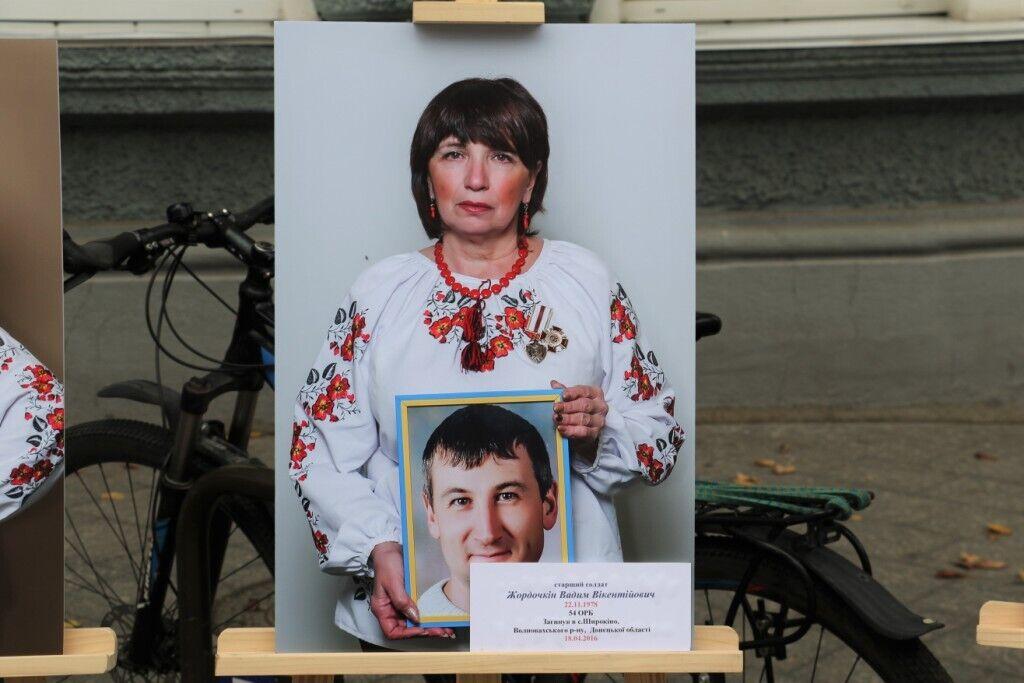 На фото матері тримають портрети загиблих синів