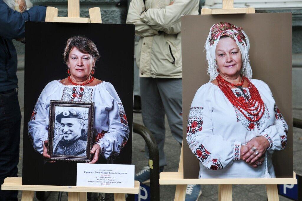 На фото матери держат портреты своих погибших сыновей