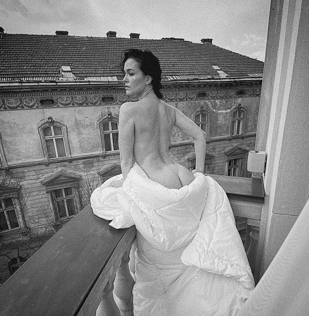 Обнаженная Астафьева на балконе